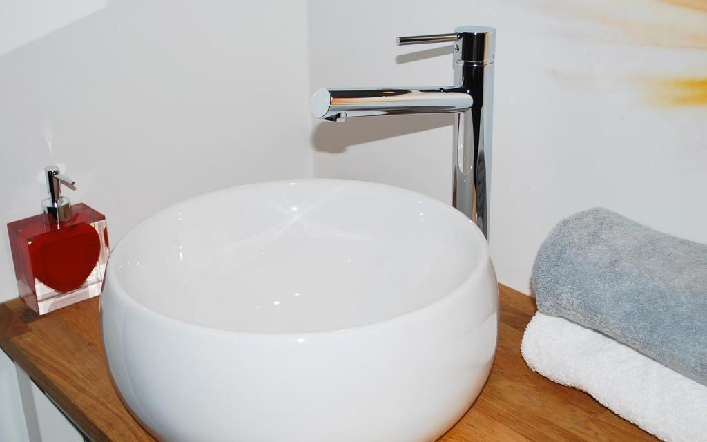chuuut-annecy-salle-de-bain-lavabo-gite-urbain-annecy